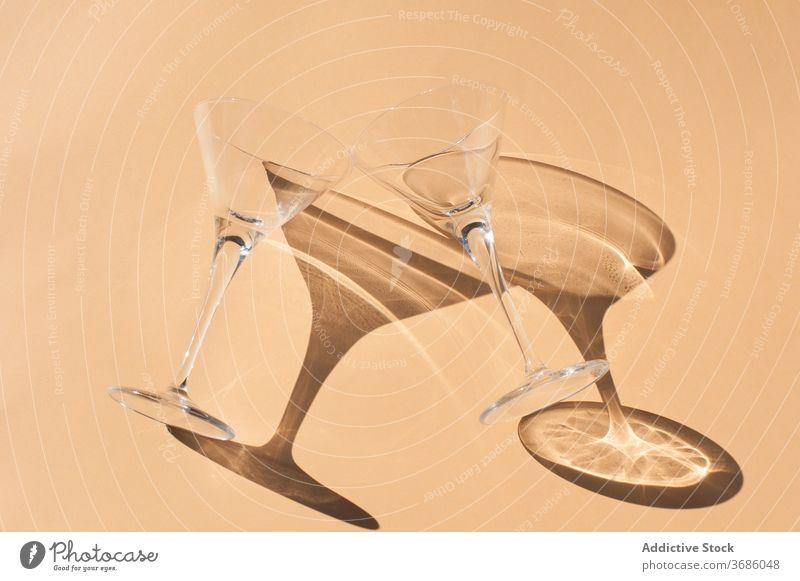 Set von Glaswaren im Sonnenlicht auf dem Tisch Schatten Licht durchsichtig leer Kristalle anders Kelch Schuss übersichtlich Sauberkeit glänzend Weinglas Form