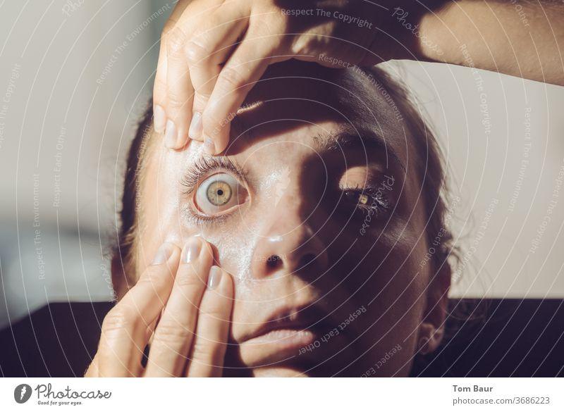 Frau reißt ihr Auge auf aufreißen Pupille Wimpern Regenbogenhaut Augenbraue Haut Gesicht Blick Haare & Frisuren Detailaufnahme Sehvermögen Linse Nahaufnahme