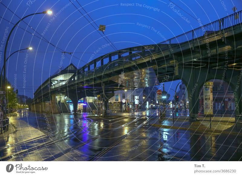 Ecke Schönhauser Berlin Nacht Bahnhof nass Regen blaue Stunde Eberswalder Straße Prenzlauer Berg Außenaufnahme Stadt Hauptstadt Stadtzentrum Schönhauser Allee