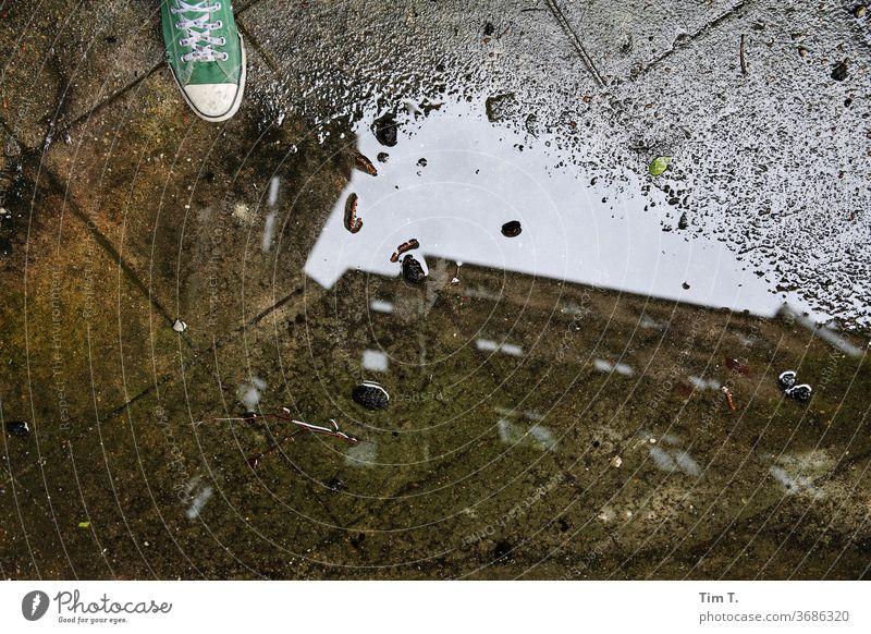Selfie Berlin Pfütze Hinterhof Chucks Stadt Prenzlauer Berg Menschenleer Stadtzentrum Außenaufnahme Hauptstadt Altstadt Tag Haus Fenster Altbau Bauwerk Gebäude