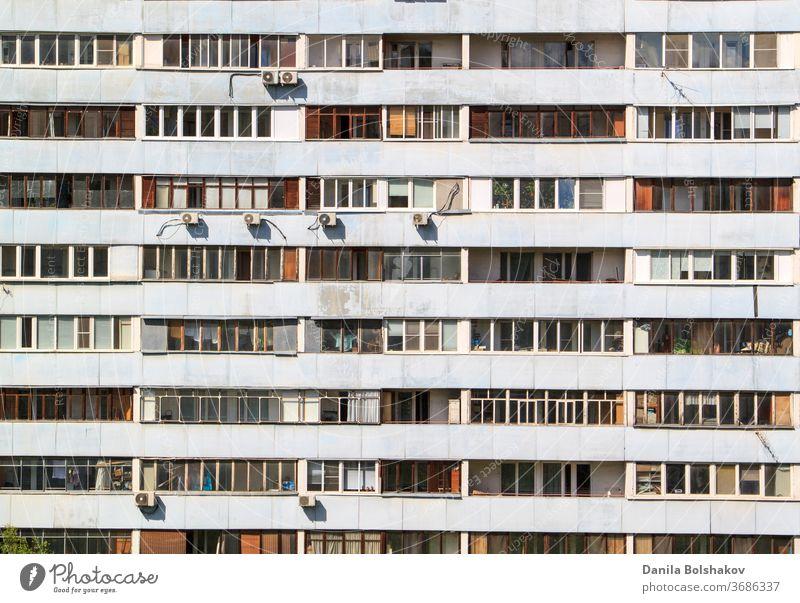 Fassade eines mehrstöckigen Gebäudes mit verschiedenen Balkonen im Wohngebiet Stil reflektieren Szene geometrisch Stahl Zentrum Klotz Stadtzentrum sehr wenige
