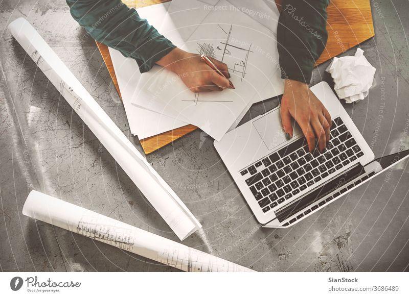 Draufsicht einer Architektin, die in ihrem Büro skizziert Laptop Business Arbeitsplatz Computer Hände Frühstück Keyboard Schreibtisch Hand Tisch arbeiten