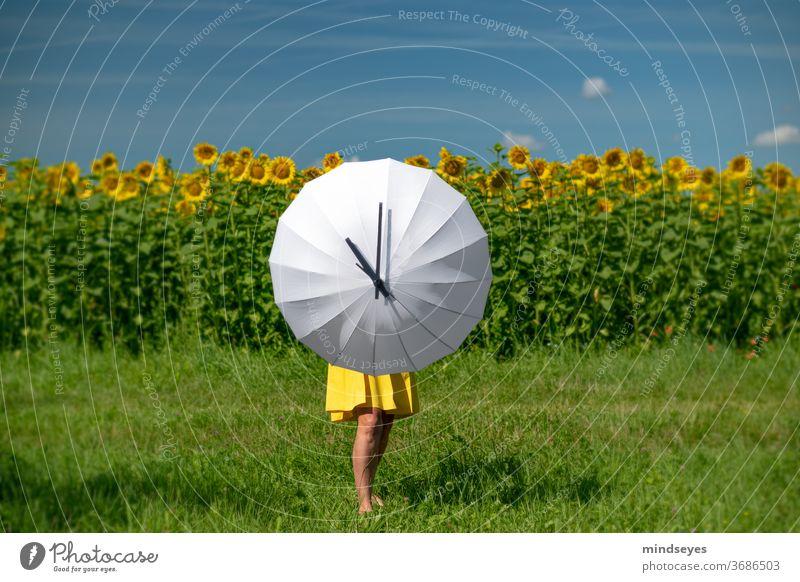 Frau spannt einen weißen Schirm mit Zifferblatt auf Uhr Ziffern Ziffern & Zahlen Zeit Wecker Uhrenzeiger Sommer Außenaufnahme Vergänglichkeit zeitmangel Eile
