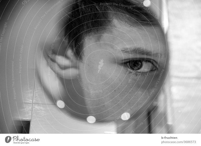 Kind schaut in Kosmetikspiegel Spiegelung Reflexion & Spiegelung Mensch Auge schauen beobachten gesicht Blick Porträt Innenaufnahme Schwarzweißfoto