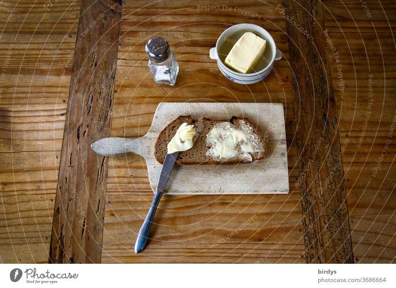 Brotzeit, Brot , Butter und Salz mit Vesperbrett auf einem Holztisch. Butterbrot vesperbrett rustikal Bäuerlich Messer Graubrot zünftig einfach lecker Essen