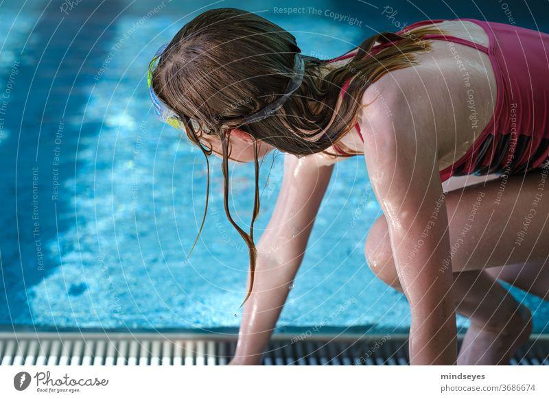 Mädchen im Schwimmbad Sommerferien schwimmen nass Wasser Sport Abenteuer Spielen toben Schwimmen & Baden tauchen blau Freude Ferien & Urlaub & Reisen