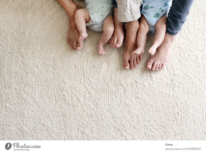 Lieblingsmenschen unter sich familie füße teppich mann frau Baby kleidung hose strampler barfuß zusammen nebeneinander beieinander sitzen