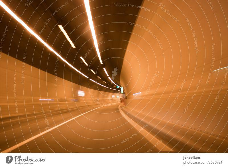 Straßentunnel Tunnel Tunnelblick Rausch Geschwindigkeit Sogwirkung Streifen Tunnelbeleuchtung Geschwindigkeitsrausch Autofahren Straßenbeleuchtung Teer