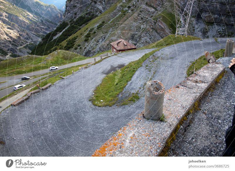Alte Serpentinenstraße in den Hochalpen Alpen passstraße Teer Berge u. Gebirge steil Aufstieg eng kurvenreich Kurve transport Straße Landschaft Natur