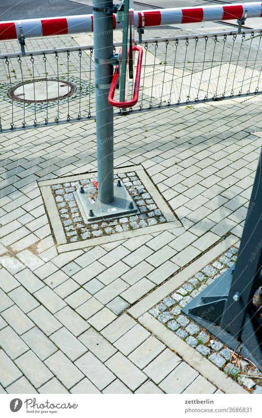 Geschlossener Bahnübergang bahn bahnübergang ecke eisenbahn fahrbahnmarkierung hinweis kante linie links radfahrer radweg schranke straße wegweiser wegzeichen