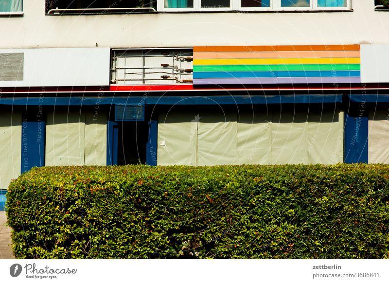 Außenwerbung in Regenbogenfarben architektur berlin büro city deutschland hauptstadt haus innenstadt menschenleer mitte modern neubau tourismus laden geschäft