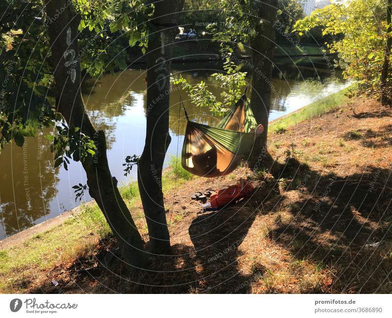 Entspannung am Abend in der Hängematte am Wasser. Foto: Alexander Hauk Freizeit urlaub tourismus hängematte wasser ufer bäume natur außenaufnahme sonnenlicht