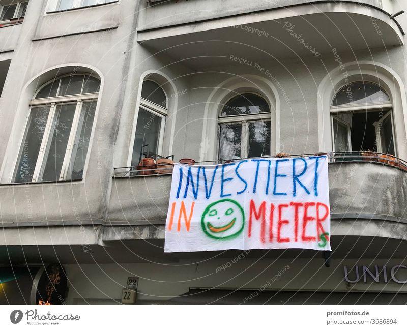 """Mieterprotest: """"Investiert in Mieter"""" / Foto: Alexander Hauk miete mieten mietpreis mietwucher mietendeckel mietpreisbremse demokratie meinungsfreiheit tuch"""