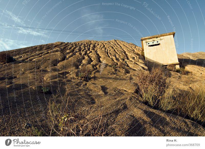 Schieflage Umwelt Klima Schönes Wetter Sträucher Erosion Sand Kabel Transformatorenhäuschen Elektrizität Steinbruch Neigung umfallen Farbfoto Außenaufnahme