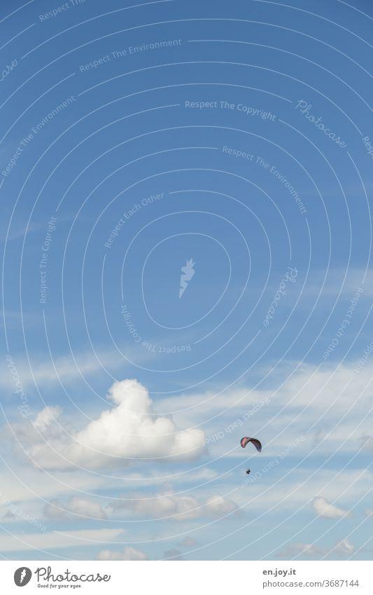 Freiheit Himmel Wolken Gleitschirm Gleitschirmfliegen Gleitflug gleiten Flug Fliegen Weite Blau Mut Abenteuer Schönes Wetter blau Sport Freizeit & Hobby Luft