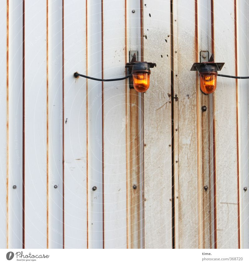 Nachtwächter, schlafend Stadt Wand Mauer Beleuchtung Lampe Metall orange Energiewirtschaft Technik & Technologie Wandel & Veränderung Schutz Gelassenheit
