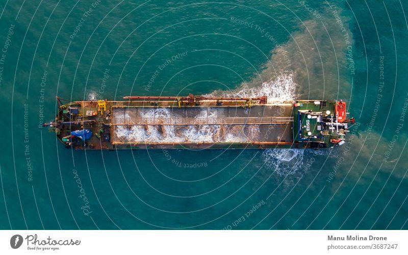 Bargo-Frachter entwässert vor der Küste von Barcelona Schiff MEER mediterran blau Farben Entleerung Industrie garraf Portwein Wasser