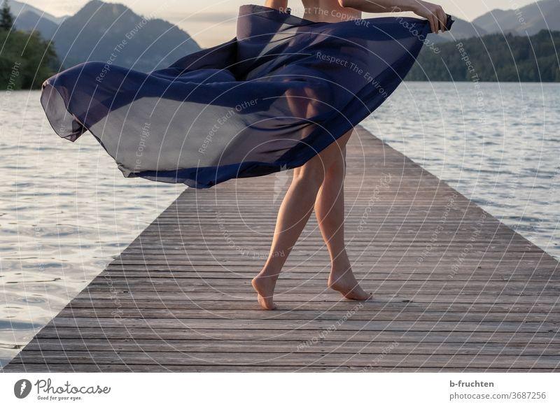 Sommermorgen, Tanz am Holzsteg See tanzen Tanzen Freude Spielen Bewegung Fröhlichkeit Mensch Lebensfreude Außenaufnahme feminin Frau Leichtigkeit Wasser Morgen
