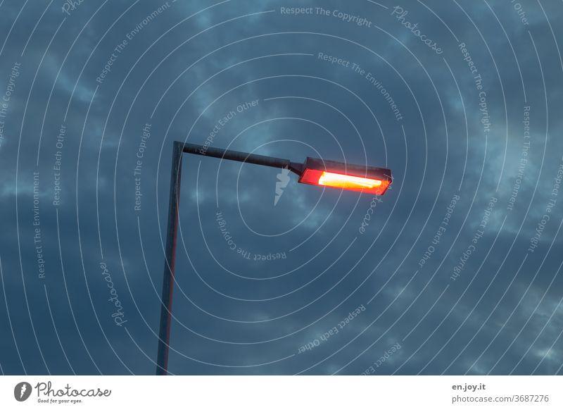 Es werde Licht Straßenbeleuchtung Lampe Laterne Straßenlaterne Energie Elektrisch Hell Dunkel Abend Himmel Nacht Nachthimmel Wolken Erleuchtung dunkel
