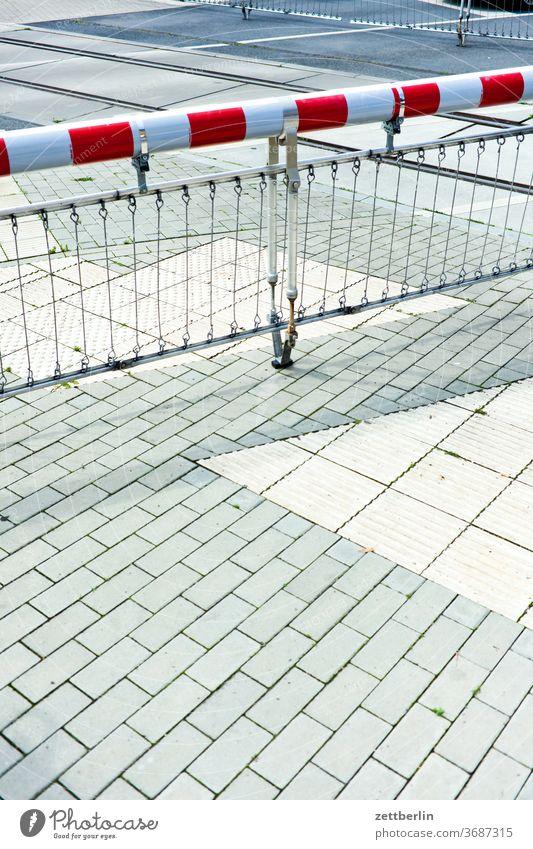 Beschrankter Bahnübergang abbiegen asphalt bahn bahnübergang ecke eisenbahn fahrbahnmarkierung fahrradweg hinweis kante kurve linie links navi navigation