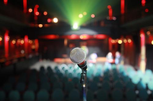 Mikrofon im leeren Club Schauplatz Beamer Lichter Fokus Tiefenschärfe Korona Kultur Sitze Sitzgelegenheit Publikum keine Menschen