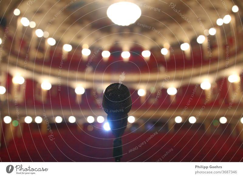 Leerer Theatersaal Musikkonzert Mikrofon Tiefenschärfe Fokus Saal Schauplatz leer Korona Kultur Kulturinstitut Oper Konzert