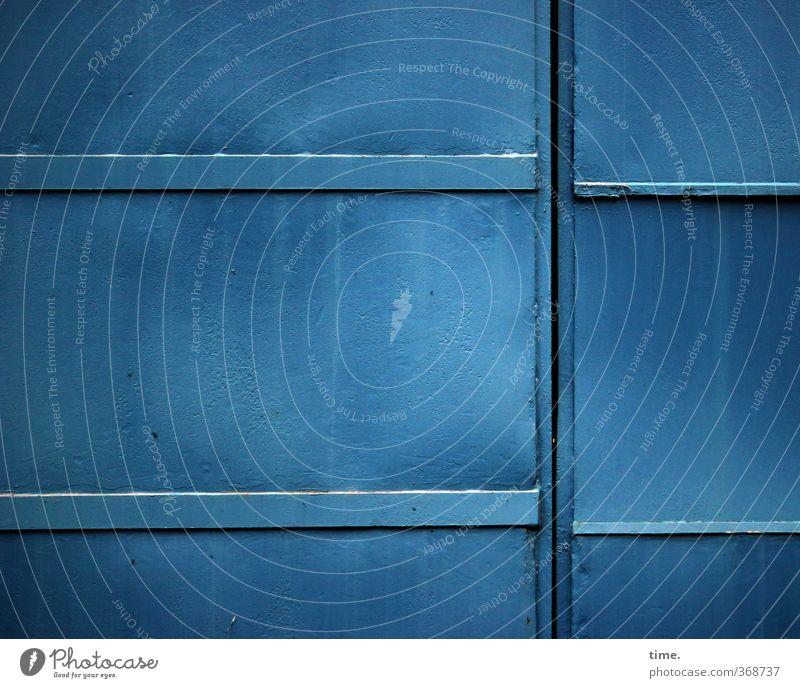 Betriebsschluss Arbeitsplatz Fabrik Handwerk Industrieanlage Bauwerk Mauer Wand Tor Hallentor Lagerhalle einfach groß trashig blau Zufriedenheit Konzentration
