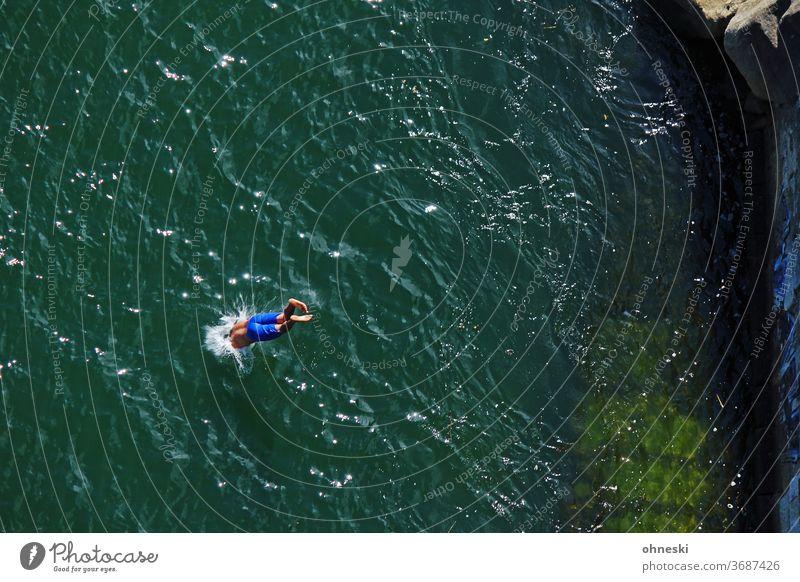 Kopfsprung ins Wasser Schwimmen & Baden springen Farbfoto Fluss Erfrischung Sommer Freude Mann spritzen tauchen nass Außenaufnahme Mensch Hitze