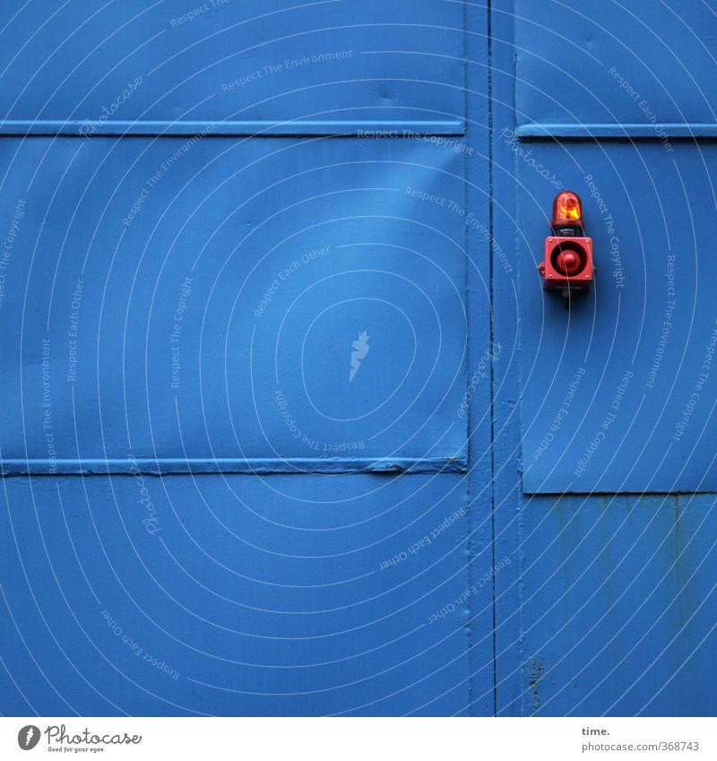 Warten auf den großen Auftritt Industrieanlage Mauer Wand Tür Warnleuchte Lampe Außenbeleuchtung Metall eckig blau rot Fürsorge Hilfsbereitschaft Ordnung