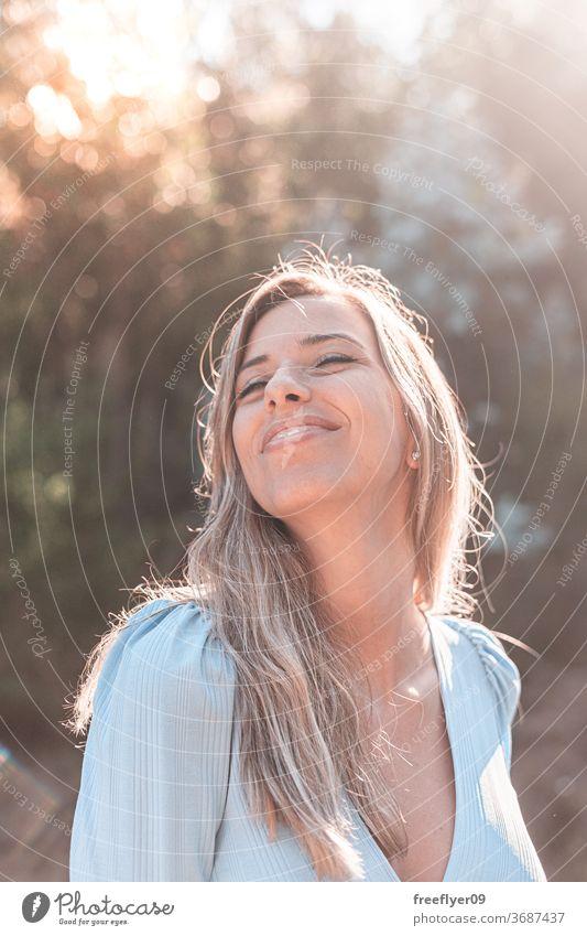 Porträt einer jungen und attraktiven kaukasischen Frau in der Nähe eines Waldes 20s Straße Außenseite im Freien Lifestyle Kaukasier blond Entsättigt retro