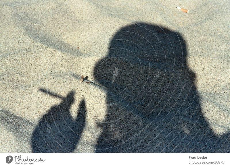 rauchender Schatten Mensch Sonne Meer Strand Ferien & Urlaub & Reisen Erholung Sand Rauchen Rauch Zigarette Verdunstung