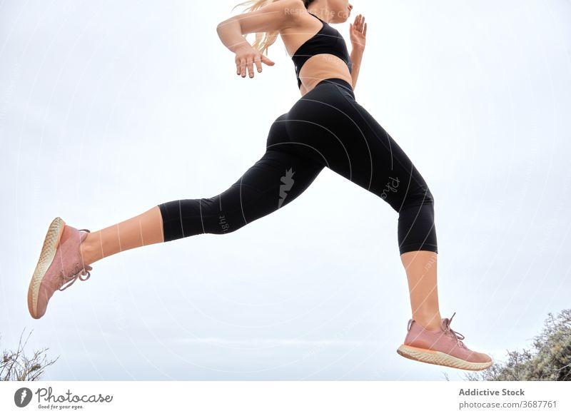 Junge sportliche Frau beim Training am Meer laufen Seeküste Fitness Sportlerin jung schlank Athlet Übung modern Wellness Wohlbefinden Gesundheit Lifestyle