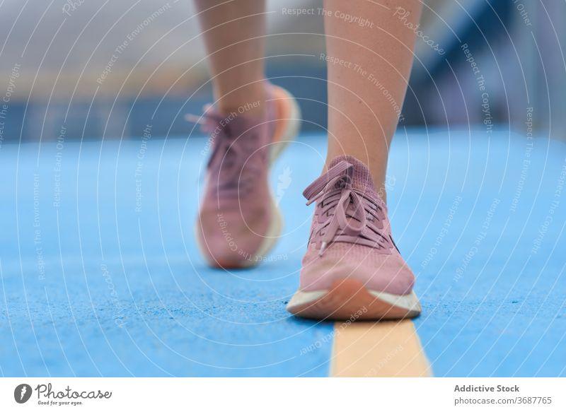 Sportlerin beim Aufwärmen auf dem Sportplatz Frau springen Training Übung Fitness Athlet schlank Wellness Wohlbefinden Gesundheit Lifestyle Kraft Bein Läufer