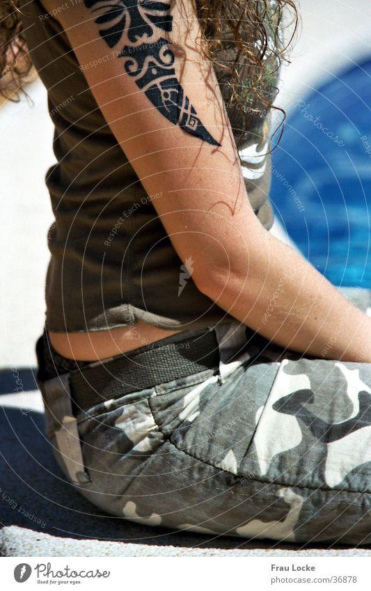 Füßchen abkühlen Schwimmbad Frau Kühlung Sommer Tarnfarbe Ferien & Urlaub & Reisen mädchenhaft Wasser Tattoo Tattoowierung Schwimbecken Locken Tarnhose Erholung