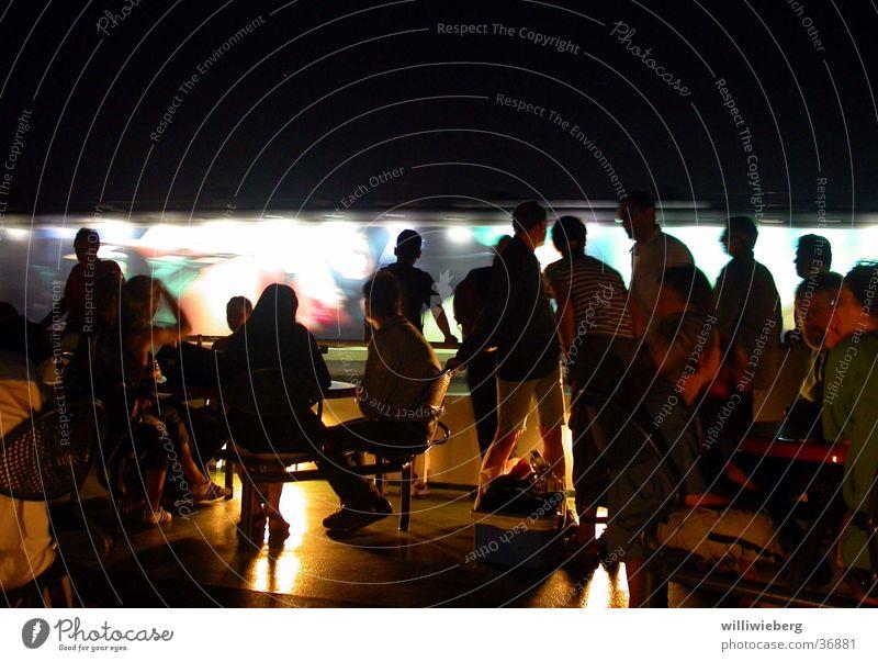 linie 62 Nacht Langzeitbelichtung Fähre Menschengruppe Hamburg Hafen Passagier Hafenrundfahrt Nachtaufnahme An Bord
