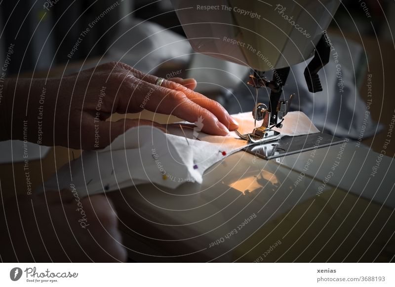 Hände einer Frau nähen an der Nähmaschine einen Mundschutz / corona thoughts Schneidern Nähen Stoff Beruf Arbeit & Erwerbstätigkeit Bekleidung Produktion Corona