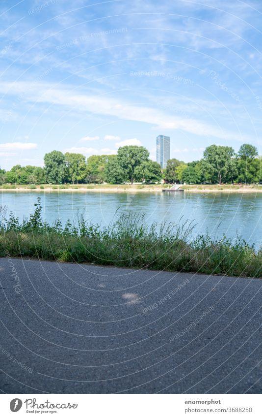 Blick nach Mannheim, Rheinpromenade Himmel Hochhaus Wasser Wolken Menschenleer Außenaufnahme Stadt Fluss Flussufer Farbfoto Textfreiraum oben Textfreiraum unten