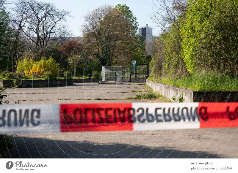 Polizeiabsperrung im Lockdown der Coronakrise rot-weiß Flatterban Absperrung Krise coronavirus Coronavirus Pandemie Quarantäne Corona-Virus COVID Epidemie