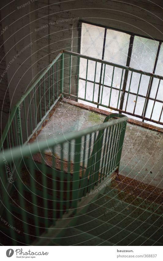 abwärts. Ruine Bauwerk Gebäude Mauer Wand Treppe Fassade Stein Glas Metall gehen trashig trist grau Traurigkeit Schmerz Enttäuschung Einsamkeit Farbfoto
