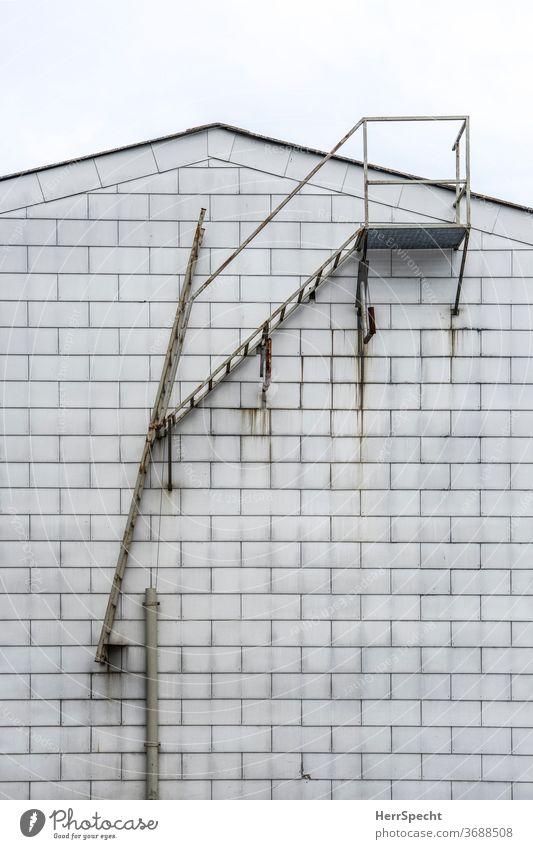 Weg zum Dach Leiter Treppe Treppengeländer Konstruktion Fassade Architektur weiß Detailaufnahme Haus aufsteigen Metall aufwärts Wand Geländer gefährlich gewagt
