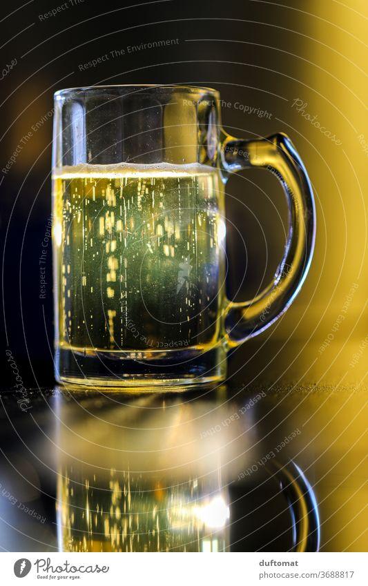 Krug mit Bier Prost Getränk Glas trinken Alkohol Erfrischungsgetränk Bierkrug Feste & Feiern Durst Alkoholsucht Schwache Tiefenschärfe Menschenleer