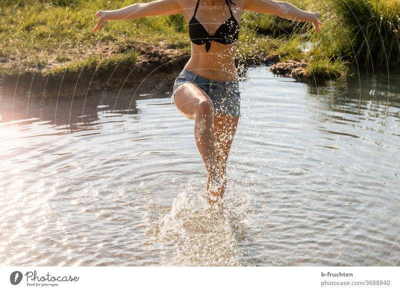 Abkühlung im Wasser an einem heißen Sommertag Füße Beine abkühlung Barfuß Fuß Zehen Erholung Frau Außenaufnahme Schwimmen & Baden Ferien & Urlaub & Reisen