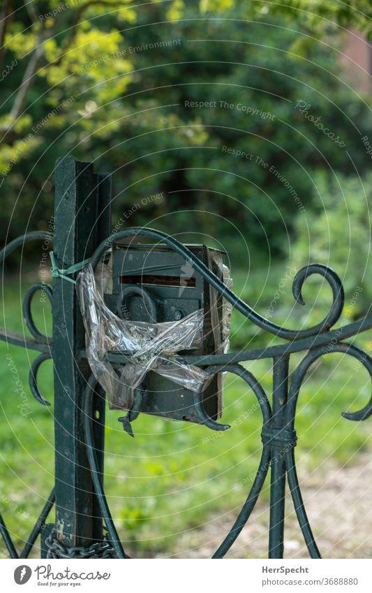Briefkasten mit Verband Gartentor Post Menschenleer Häusliches Leben Detailaufnahme Klebeband reperaturbedürftig grün Befestigung provisorisch Briefschlitz