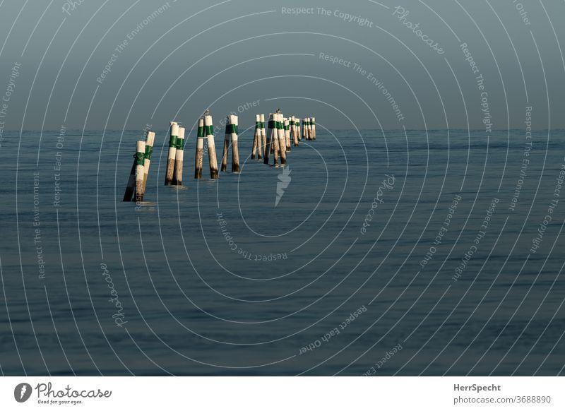 Fahrwassermarkierung grün Verkehr seefahrt Schiffsverkehr Schifffahrt Seefahrt Meer Markierung Adria Mittelmeer mediterran gestreift Perspektive Wasser