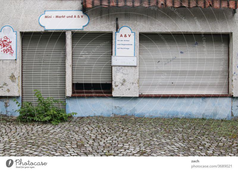 geschlossen geschäftsaufgabe verlassen bankrott Pleite gehen Einkaufen Ladengeschäft Einzelhandel trist pleite Botschaft Buchstaben Putz Renovieren Fenster Wand