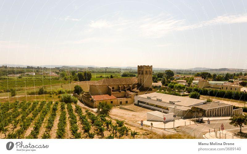 Einsiedelei von Vilobí del Penedes (Spanien) Kirche Religion Stadt Großstadt katalonien Weiden blau braun vilobi penedes Weinberge Hintergrund Landschaft Sommer