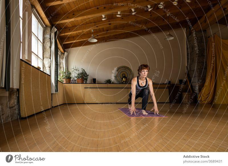 Frau übt Yoga Gleichgewicht Klasse Übung trainiert. Fitness fokussiert Fitnessstudio Gesundheitswesen im Innenbereich sehr wenige friedlich Pose Körperhaltung
