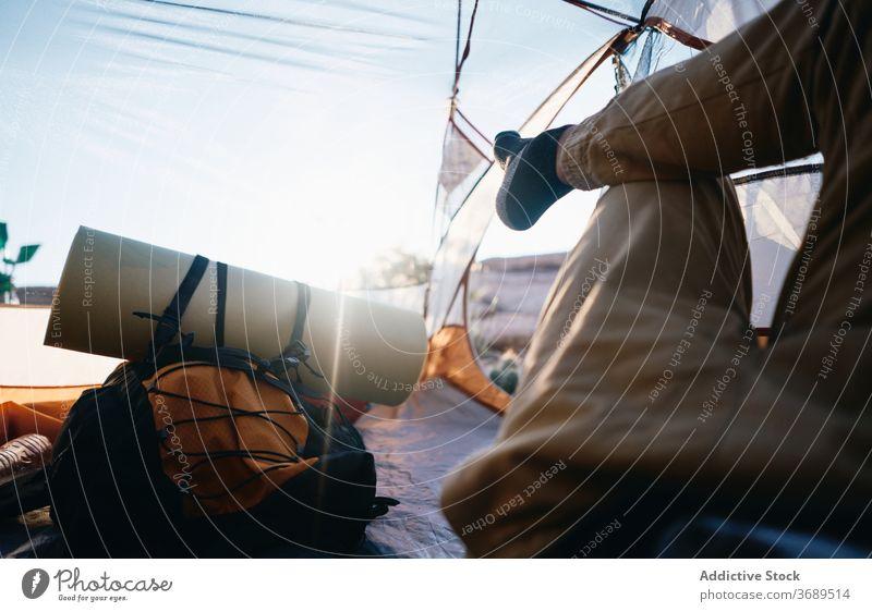 Anonymer Reisender, der im Zelt ruht Wanderer sich[Akk] entspannen Backpacker ruhen reisen Lager Bein Lügen Trekking Natur sonnig Sommer Abenteuer Wanderung