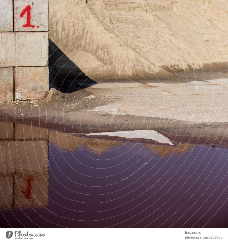eins zu eins. Handwerker Baustelle Industrie Handel Industrieanlage Fabrik Mauer Wand Pfütze Stein Sand Beton Ziffern & Zahlen grau rot Farbfoto Außenaufnahme