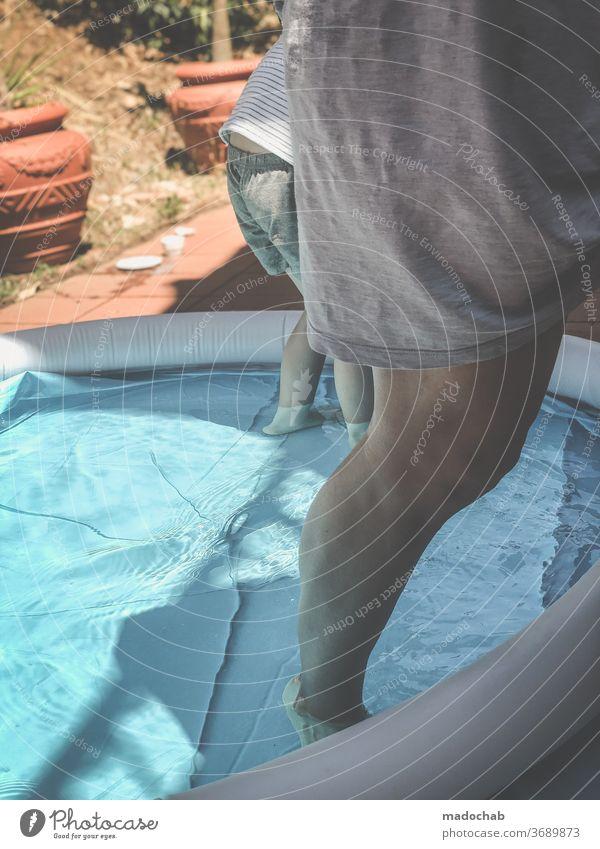 Abkühlung Pool abkühlung Wasser Sommer blau nass Schwimmen & Baden Ferien & Urlaub & Reisen Erholung Sommerurlaub Mensch Beine person Farbfoto Außenaufnahme
